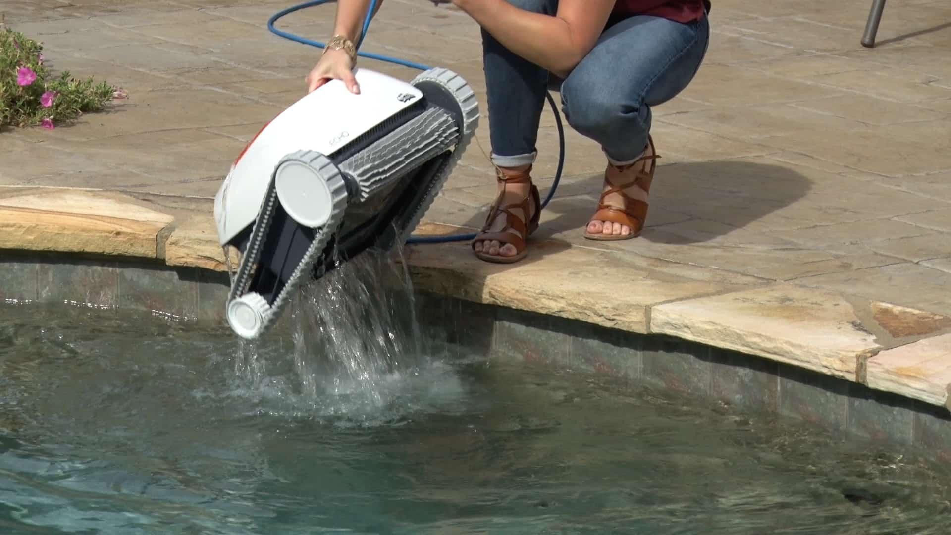 Echo robotic swimming pool cleaner